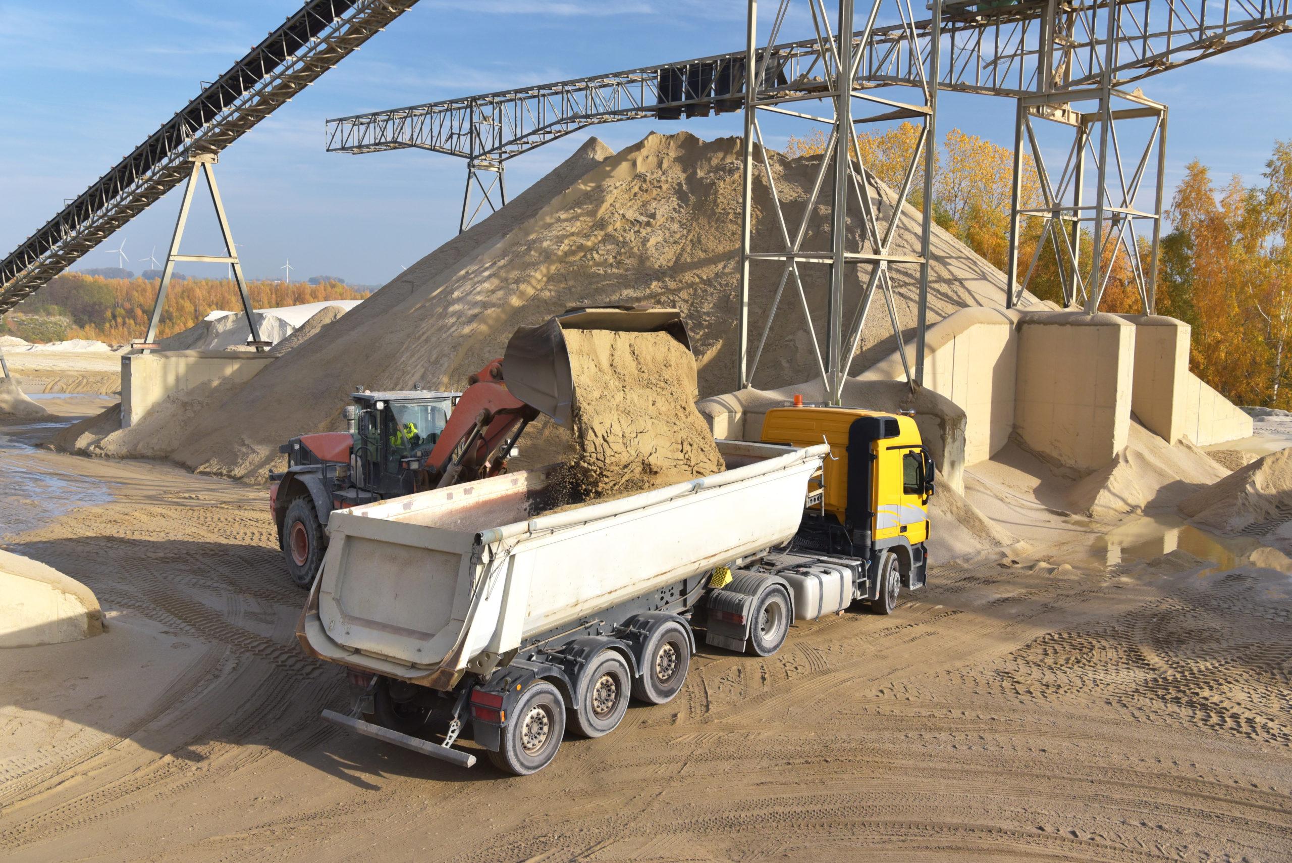 Radlader belädt LKW mit Kies für Straßenbau - Abbau von Sand & Kies in einem Kieswerk/ Tagebau //// Mining sand in a gravel plant